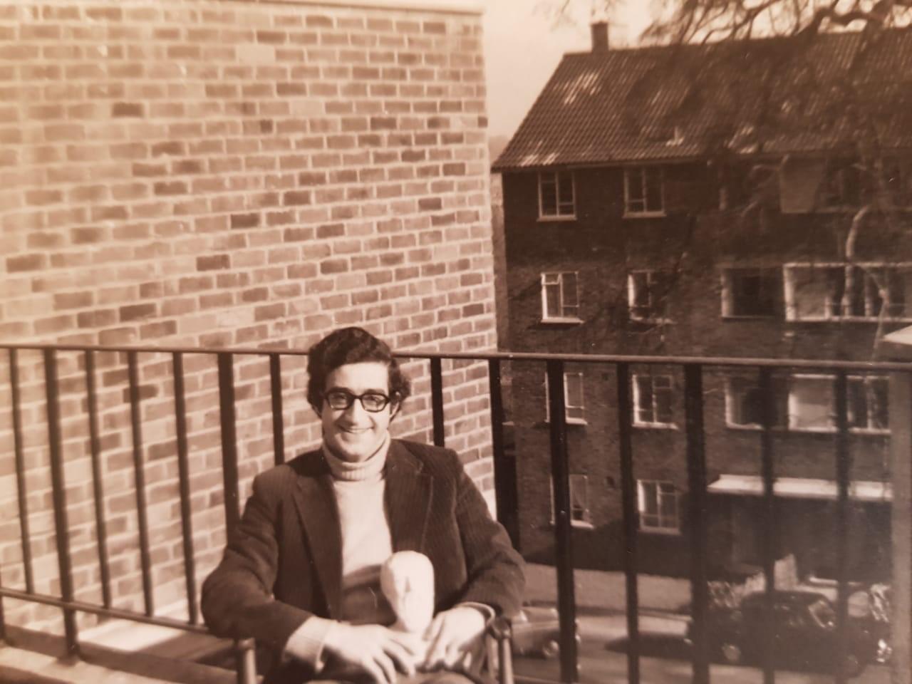 في-أحد-مباني-جامعة-لندن-السكنية-يوم-كان-طالباً-حاملاً-تمثال-أفلاطون